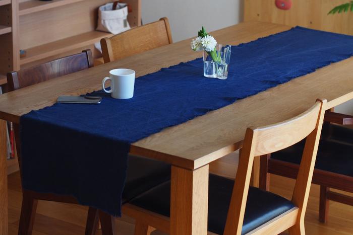 テーブルランナーは基本的に左右に布を垂らして使います。テーブルの大きさとのバランスにもよりますが、一般的には、テーブルの端から20~30センチ垂らすと美しく見えます。