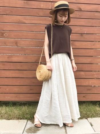 リネンの軽やかさが際立つマキシスカートは、夏にもピッタリ。  スッキリとしたノースリーブトップスと、ふんわりとボリュームのあるスカートがキレイなAラインのシルエットを作り出しています。また、トップスを前だけインすることで、リラックス感のある中でも絶妙なバランスがGOOD♪