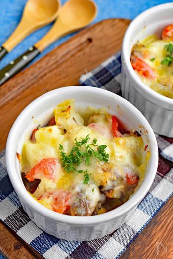 「サバの水煮缶」と角切りトマト、玉ねぎ、チーズを合わせて焼くだけというシンプルな時短料理。簡単なのに素材同士の相性が抜群で、お子様から大人まで美味しくいただけますよ。