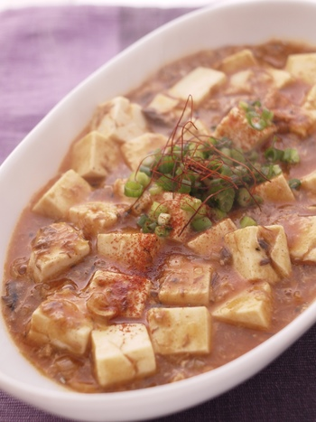 中華風に仕上げた「サバ豆腐」。麻婆豆腐のお肉の代わりに「サバ缶」を汁ごと使います。お魚嫌いでも抵抗なく食べられそうですね。