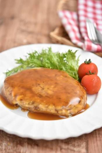 「サバ缶」に木綿豆腐やおろし生姜などを加えて混ぜて焼くふんわり優しいハンバーグ。レンジで作った簡単あんかけをかけるだけで完成!魚嫌いなお子様でも食べやすいメニューです。