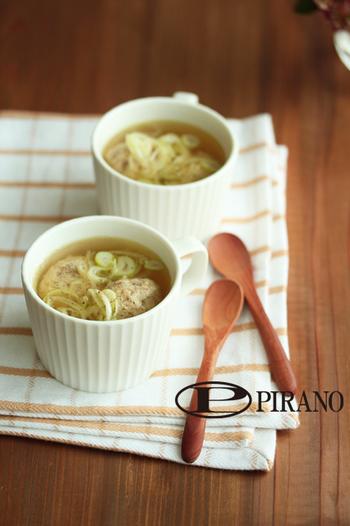 お魚嫌いでもつみれのスープにしてしまえば食べやすいですよ。サバの身に卵とパン粉を合わせて丸め、「サバ缶」の汁も使ったコンソメスープで煮るだけ。ふわふわの食感がやみつきになるレシピです。