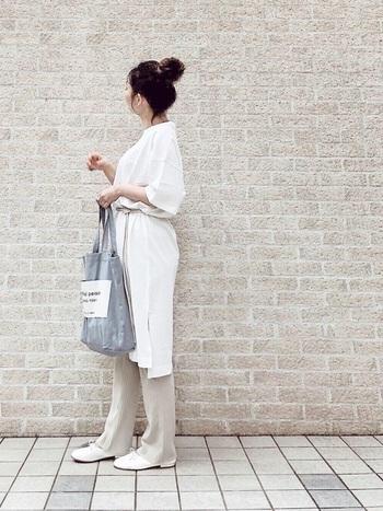 ホワイトのワントーンコーディネートに、ロープベルトを取り入れたスタイリングです。ホワイト同士を組み合わせる時には「Tシャツ素材×レザー素材」のように異素材を使うのがオススメ◎コーディネートにメリハリが生まれ、こなれた印象になります。