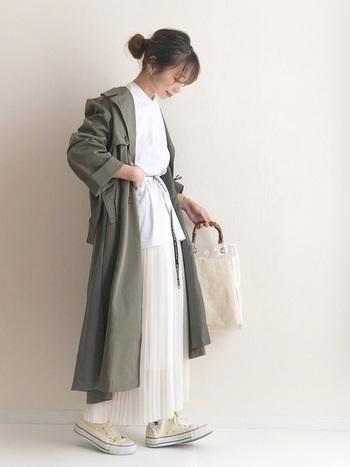 羽織りもの以外をホワイトで統一した爽やかなスタイリング。ロゴ入りのベルトを使うことで、シンプルな中にアクセントが加わります。ロング丈のカーキのコートを羽織っても、ウエスとマークのおかげですっきりとした印象です。