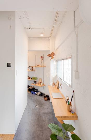 家中の空気を循環させることも玄関にニオイがこもるのを防いでくれます。窓を2か所以上あけて新鮮な空気を毎日通すように心がけましょう。