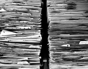 請求書、DMなど紙ものは一枚一枚は気にならないのでとりあえず取っておく、となりがちです。 ただ気づけばかさばってしまう物量に…そんな時は「今日は紙を捨てていこう!」と日を決めて処分していきましょう。 予想以上に空きスペースができてうれしくなりますよ。