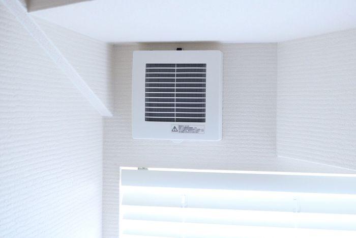 窓を開けっぱなしにできない時は、換気扇を常に回しておくのもひとつの方法です。24時間換気がついていなくても浴室やトイレの換気扇をつけておけば、家の空気が循環します。玄関の空気がこもりがちな場合は試してみてくださいね。