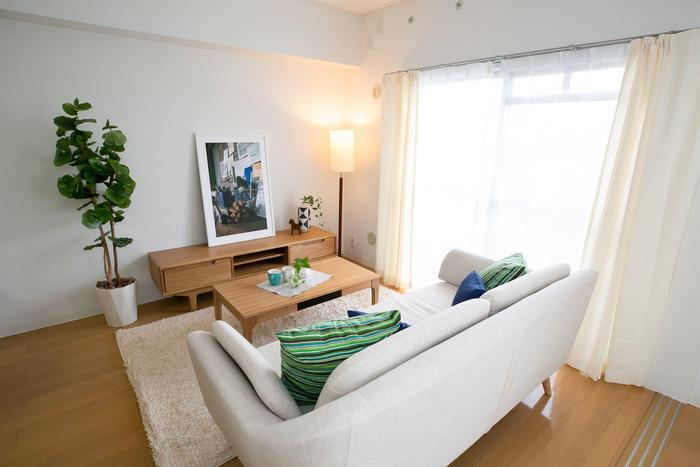 一生モノの家具やインテリアに囲まれた、落ち着いた雰囲気のナチュラルテイストも人気です。素材そのものの色味や質感を生かした空間は、心からリラックスできる居心地のよさ。取り入れるイアテムによって、北欧風や和風など、ガラリと印象が変わります。