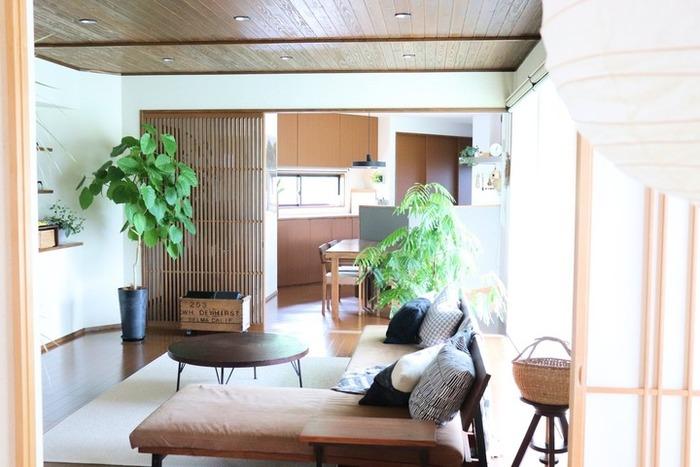 ダークブラウンを基調にしたのが、和モダンインテリア。和室ではなくても、落ち着きがあって、どこか懐かしいのが魅力です。ロースタイルにすることで、天井が高く感じられて、お部屋も広く使えます。