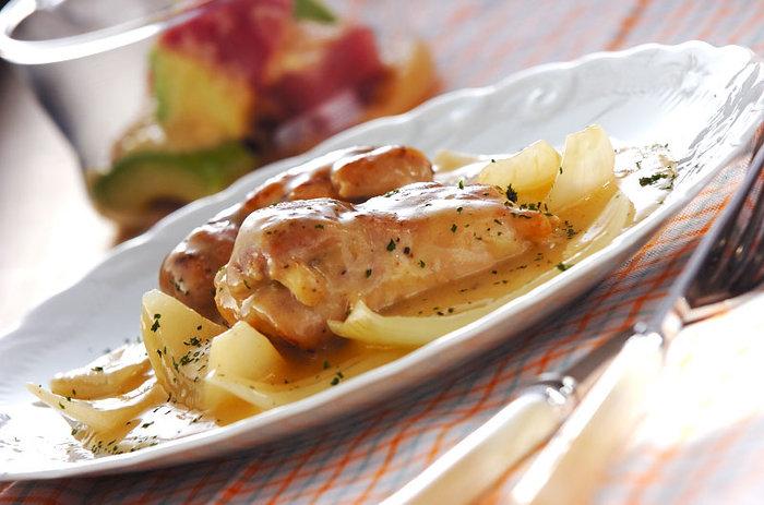 レモンが入った爽やかな酸味のソースが鶏肉と相性抜群!晩ごはんのメイン料理には勿論、白ワインのお供にもぴったりの一皿です。