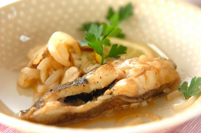 さっぱりとした白身魚カラスガレイをレモンの酸味がさっぱりおいしいソースで…。レモンの爽やかな香りに、食欲をそそります。カラスガレイは、冷凍のものを使ってもOK。自然解凍、または電子レンジで解凍してから使ってみて下さいね!