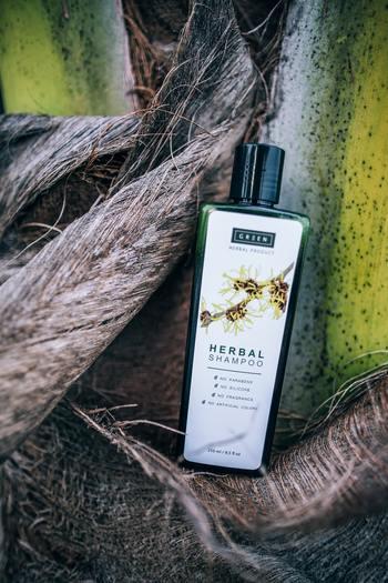 ハーブシャンプーは、天然のハーブそのものや、ハーブエキスが配合されたシャンプーのこと。強い化学成分が少ないので頭皮や髪に優しいのが特徴です。ハーブは植物成分なので、アレルギーがないか事前にチェックすると安心です。