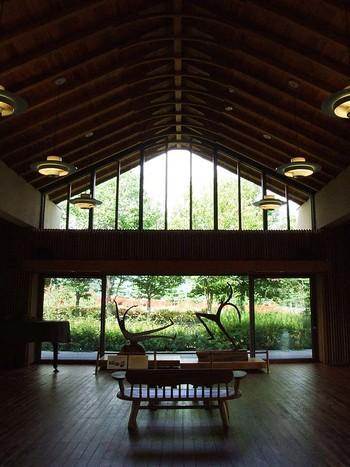 一歩中へ入ると、外観の印象よりも「ちょうどいい」心地よい広さの空間が広がります。木の温かみが、まるで家にいるかのような、優しくて穏やかな印象を感じさせます。