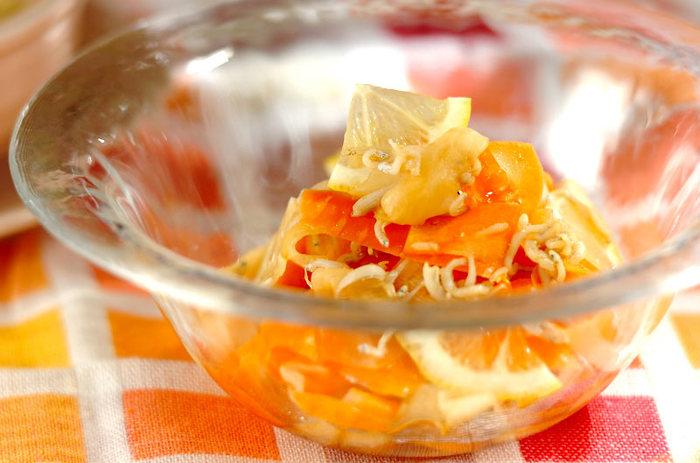 具材はにんじんとシラスだけ。レモンの酸味で野菜の甘みが引きたちます!シラスのダシが加わることで、さっぱりとした中にもコクのある仕上がりに…。にんじんのオレンジが色鮮やかで、一品あると食卓が華やぎます。