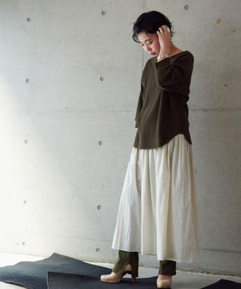 カーキTシャツと相性がいい白いロングスカート。少しだけ秋の薫り漂うカーキを春夏の表情に変えてくれます。この春早速真似したいコーデですね。
