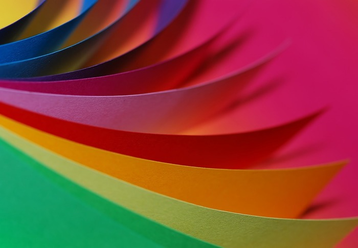 """パーソナルカラーとは、あなたの目や髪色、肌色などの生まれ持った色素に似合う色のことです。最近よく言われている""""ブルーベース""""や""""イエローベース""""という言葉は似合う色味を大きく2つに分けた表現で、似合う色味はそれぞれの肌や髪の色によって異なってきます。自分に最も似合う色を見つけたいときは、パーソナルカラー診断を受けてみるのもおすすめですよ。"""