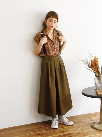 シンプルなチノスカートは、柄物とも合わせやすいのも魅力。 可憐な薄手の花柄シャツとのMIX感も素敵です。 サスペンダーを付けることで縦のラインが強調され、さらにスタイルが良く見えます。