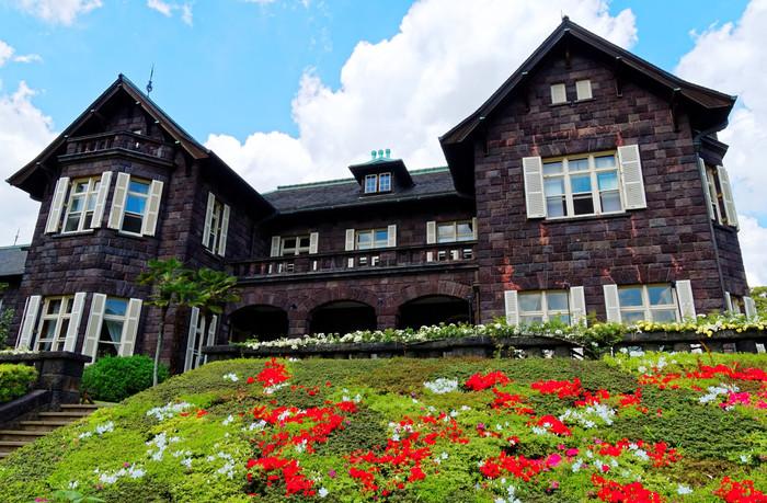 旧古河庭園のツツジの見頃は、4月中旬から5月上旬ごろ。赤や紫、ピンク、白と色とりどりのツツジが鮮やかに咲きます。日本的なイメージのツツジと洋館との対比がどこか不思議な美しさ。