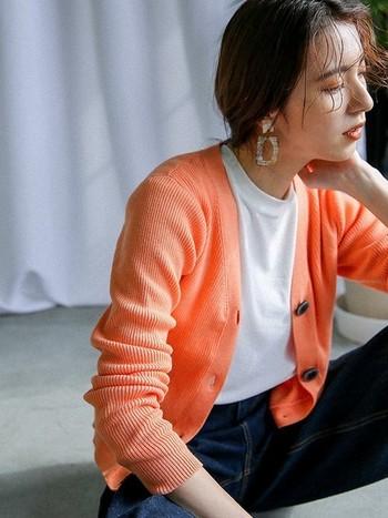 どんなイメージで着こなす?「オレンジ」に合う色を知って、いつもの装いを旬顔に