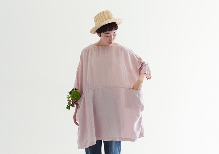 ダスティピンクは、別名「くすみピンク」とも呼ばれるように、くすみが加わったピンクカラー。ビビットなピンクカラーのパキッとした華やかさとは対称的に、どこか儚く優しい雰囲気があります。控えめな甘さが、大人可愛いファッションを楽しむのに持ってこいのカラーです。