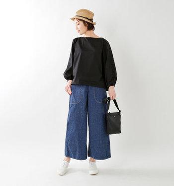 裾が大きく広がったバギーデニムはさらりと揺れるシルエットで、カジュアルかつ清楚にも決まります。 同じく風になびくような柔らかい素材のトップスを合わせて、リラクシンに着こなしましょう。