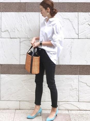ブラックデニムを使ったキレイめコーデ。モノトーンコーデの差し色に使ったブルーのパンプスに、キラリとセンスを感じます。女性らしい清楚な雰囲気は、オフィスでも活躍してくれそうなスタイルです。