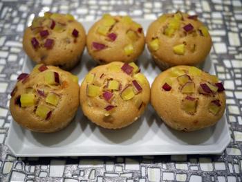 さつまいもと米粉を使った蒸しケーキのレシピです。ふんわりとした蒸しケーキとほくほくとした食感とやさしい甘さが加わり、ほっとする味わいに。黒糖を使うことでコクも感じられます。