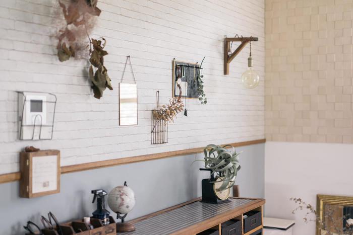 味気なく、どこか寂しい壁面を、簡単にイメチェンできる方法がこちら。 ドライフラワーを壁面に貼ったりピン留めして見せるアイデアです。ボードに貼ったり、インテリア雑貨と組み合わせることで、奥行きが出て素敵な雰囲気に♪ 賃貸では、跡が残りにくいマステで貼るといいでしょう。