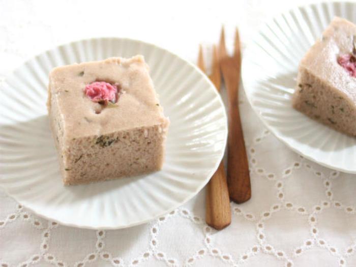 米粉を使うのも、しっとり生地の秘訣です。小豆のこしあんを使った和風蒸しケーキは、桜の葉や桜の塩漬けを使って、優しい色合いに。ほんのり桜香る、春らしいスイーツです。