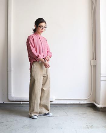 大人可愛い「赤」のギンガムチェックシャツは、いつものスタイルに女性らしさと華やかさをプラスしてくれます。一枚で着るのはもちろんのこと、ニットやパーカーとのレイヤードスタイルもおすすめです。いつものコーディネートに取り入れて、トレンド感あふれる旬の着こなしを楽しんでみませんか?