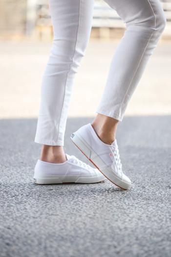 玄関の嫌なニオイの大きな原因は靴。汗や雨で湿気を帯びた靴は、雑菌が増えやすい状態になっています。その雑菌がニオイを発生させる原因に…。