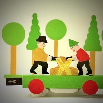 こちらは小さなベロを引っ張ると、お人形が木を切るところを再現できるという仕掛け。ゆっくりと引っ張ったり、はやく引っ張ったりと、子どもが自分で動きを工夫できるところがいいですね。