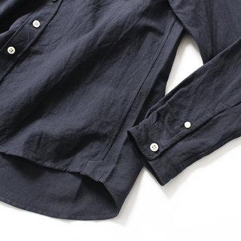 """黒シャツを着るとメンスライクになってしまいがち?大人の黒シャツコーデは、ちょっと女性らしさをプラスするのが素敵です。デザインやコーディネートで脱""""メンズライク""""な黒シャツを探してみましょう。"""