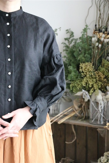 かっこよくも可愛くもなる黒シャツ。大人の女性が着るなら、ちょっとしたこだわりを加えて選びたいです。組み合わせるボトムやインナーで女性らしいコーディネートを見つけよう。