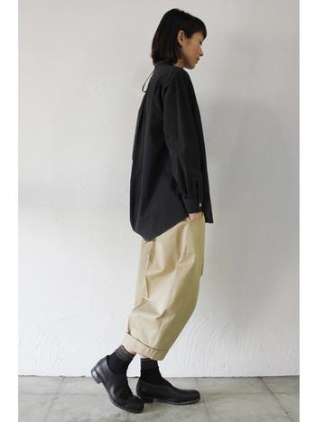 ベージュのチノパンは黒シャツとの相性は抜群ですよね。女性らしさを意識するなら、チノパンのシルエットはゆったりと丸みのあるデザインが◎。靴もかっこいいよりは可愛らしいを意識して。