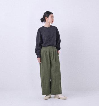 ラウンドネックと長めの袖が女性らしく見せてくれる黒シャツです。近くで見ると、ドット柄が織りで表現されています。敢えてラフなワイドパンツと合わせると女性らしさが際立ちます。