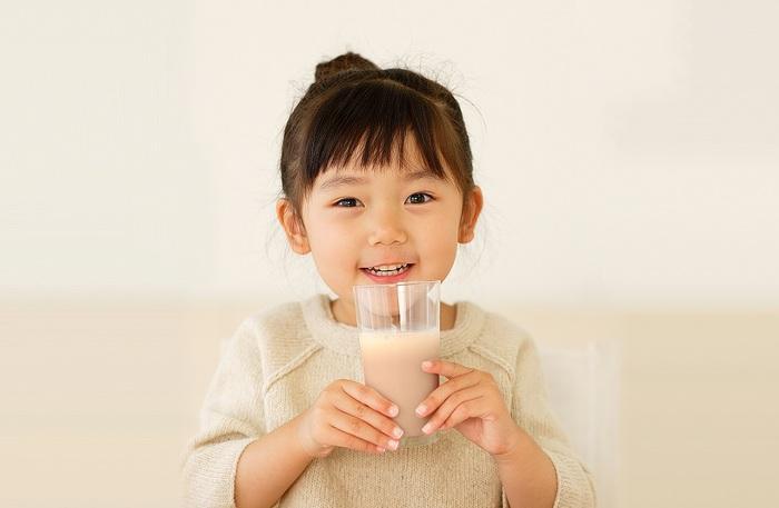 成長期の子どもは、1年で平均5~6センチ*身長が伸び、身体も大きくなります。この時期の栄養バランスには、気をつけたいところ。ただ、食事だけでは補いきれない栄養もあるといいます。それが、骨や歯の材料となる「カルシウム」、赤血球をつくる「鉄」、カルシウムの吸収を促進する「ビタミンD」。『セノビック』には、これらの栄養素のほか、卵由来のペプチド「ボーンペップ」や、牛乳由来の元気成分「オリゴミル」が含まれていて、まさに成長期に大切な栄養素が、ぎゅっとつまったドリンクといえます。  *「学校保健統計調査」(文部科学省:平成22年度)