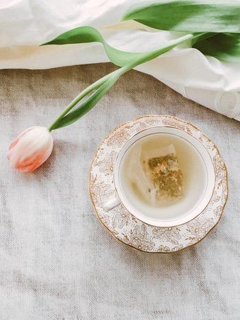 生活の中にさまざまなハーブがいかされているヨーロッパでは、ビタミンやミネラル類などを豊富に含むハーブティーもセルフメディケーションの一環と捉えられることがあります。 香りの良いハーブのお茶をゆっくり楽しめば、気分もリラックスできますね。ビタミンCが豊富なローズヒップティーや、抗炎症作用があるカモミールティーは、美肌を目指す女性には特に嬉しいハーブティーと言えそうです。