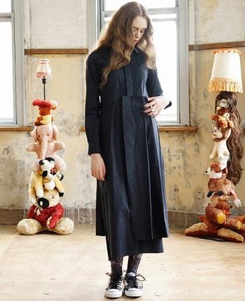 黒シャツのワンピース、大人が切るなら一癖あっても素敵に見えます。ドッキング風のデザインで、張りのある素材とプリーツが個性的です。