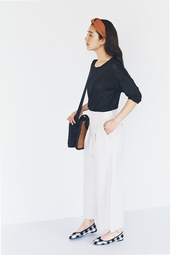 とろみのある黒シャツに、張りのある白パンツを合わせたコーディネート。コントラストが爽やかでこれからの季節にぴったりです。
