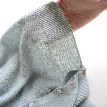 サマーニットは「サマーニット(サマーセーター)」と表記されることもあり、この二つは同じものだと認識している人も多いはずです。  でも実は、サマーニットは素材のことで、セーターはアイテムのデザインのことを指しています。ですから、厳密に言うとサマーニットとサマーセーターは同じアイテムではないんです。  サマーニットの素材を採用して作られたセーターを、サマーセーターと呼ぶのが正解ということですね。