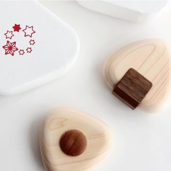中川政七商店のおにぎり型の歯固めです。小田原の木工職人さんがヒノキ材を使って丁寧に作っているそう。三角のパッケージも愛らしく、ママも嬉しくなってしまうデザイン性の高さも特徴のひとつです。