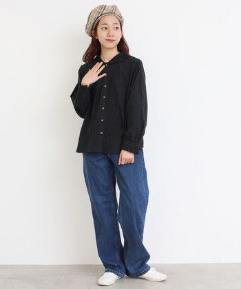 ジーンズを合わせるとメンズライクになってしまう?そうならないためには、黒シャツのデザインが重要。丸襟や刺繍など女性らしいディテールを選んで。