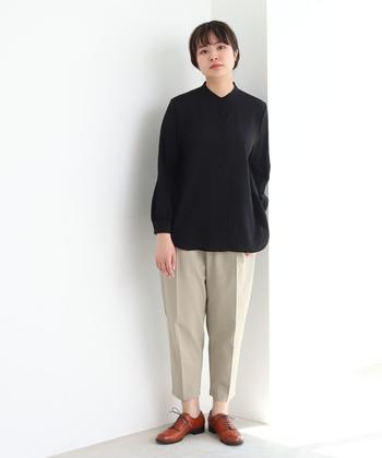 黒シャツの素材を張りのある素材や、艶のある素材を選べばフォーマルにも対応できます。センタープレスパンツと合わせれば、お仕事にも着て行けそう。