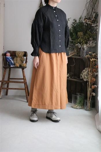 """黒シャツにはダークな色合いを合わせがち?脱""""メンズライク""""にしたいなら、きれいな色のスカートを合わせても素敵。コントラストを楽しもう。"""