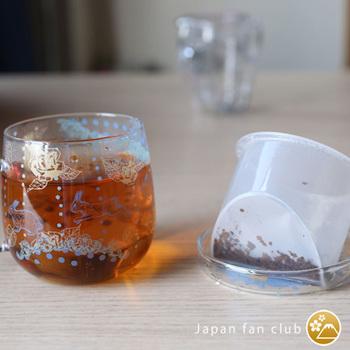 茶こしはV字になっていて、少量でもおいしさを引き出せるよう工夫されています。水切れもいいので、デスクでも使いやすいですね。蓋は茶こし置きにもなりますし、蒸らす間は香りを逃さないようにする役割もあります。