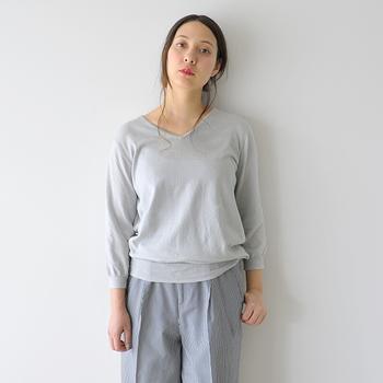 薄手で爽やかな着心地のサマーニットは、大人の女性が着るとより上品に、女性らしく着こなせるアイテムでもあります。カジュアルにもきれいめにも合わせやすいシンプルなサマーニットアイテムは一枚持っているときっと重宝しますよ。  それではここからは、サマーニットを取り入れた素敵なコーディネートをご紹介しますので、ぜひスタイリングの参考にしてみてくださいね。