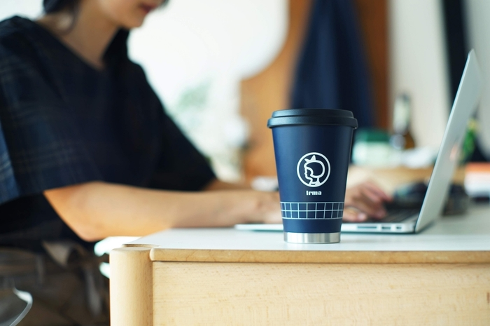 コーヒー店のテイクアウト用コップをもとにしたデザイン。マット感のあるネイビーが上品ですね。おなじみのイヤマちゃんも、ワンポイントとして登場。使うのが楽しみになるようなタンブラーです。