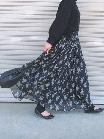 トレンドの裾透けプリーツスカートを、リブメロウレギンスが格上げしています。あえて12分丈の長さを選び、足の甲まで伸ばして履くことで、ロングスカートに隠れてしまう可愛らしいメロウ部分が歩くたびに見え隠れ♪足元まで気を抜かない上級コーデです。