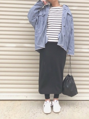 こちらも、先ほどと同じ黒のメロウリブレギンスを使ったコーディネートですが、イメージがだいぶ違いますね。メンズライクなジャケットに定番のボーダーT、無地のタイトスカートというカジュアルコーデを、足元にさりげなくフリルを入れることで女性らしさも忘れない着こなしになっています。